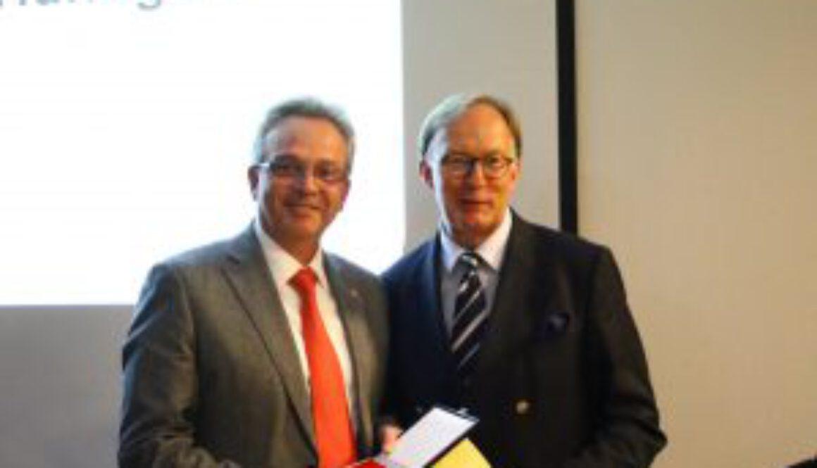 Auszeichnung Camillo Hündgen durch Dr. Matthias Söffing 1